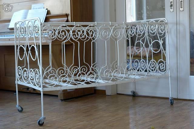 kinderbett-aus-metall-weiss-ornament-3028038208